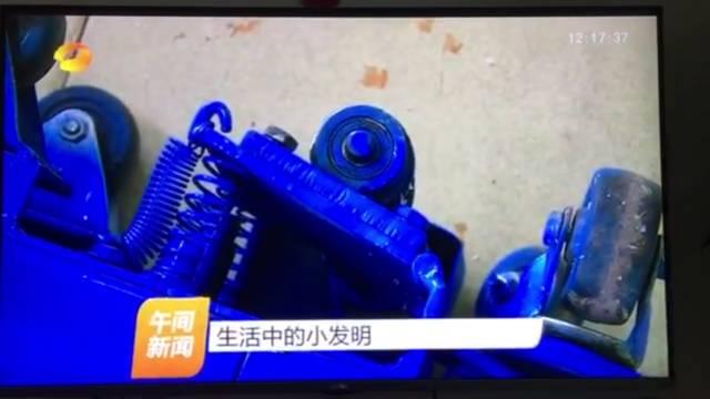 底部配有弹簧装置,可以避免推动时刀片对地面的磨损